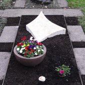 Grabbepflanzung mit Schale im Frühling